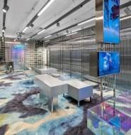 不锈钢和玻璃砖这两种冰冷材质的组合,让这家服装店迅速吸引游客目光