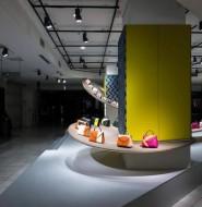 在东京的商场中,知名皮具品牌Valextra开了一个独特的快闪店