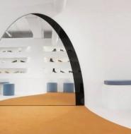 拱形镜子模仿虚拟的门,这一家简约的鞋店把高雅和虚幻玩到极致